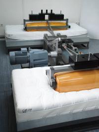Im Dauerwalz-Prüfstand wird die Abnutzung der Taschenfederkernmatratzen in acht Jahren simuliert: Bildquelle Stiftung Warentest