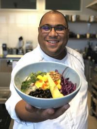 Tobias Müller aus dem Culinary Team präsentiert die neue Creole Bowl. / Bildquelle: Alle Bilder  Compass Group Deutschland GmbH