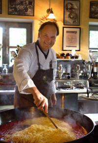 Erwin Rückerl beim Kochen / Bildquelle: (c) Photographie Kindermann