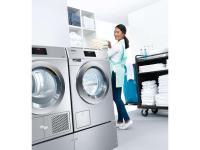 Viel Platz für Wäsche auf kleinem Raum: Eine Waschmaschine und ein Trockner aus der neuen Generation Kleine Riesen. Auf jeweils einem halben Quadratmeter sorgen sie schon innerhalb von 49 Minuten für saubere und in 37 Minuten für trockene Wäsche. / Bildquelle: Miele