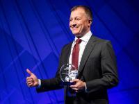 Luca Amato, Customer Marketing Director Essity PH, nahm die Auszeichnung