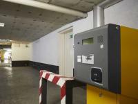 An den Zu- und Ausfahrten zum Parkhaus des Estrel Berlin sind SALTO Wandleser installiert. / Bildquelle: Alle Bilder SALTO Systems