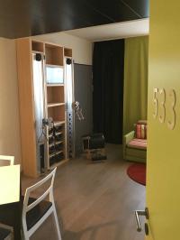 Im Harrys Home München Moosach trainieren Sporthungrige in ihrem Hotelzimmer mit Fitness-Ausstattung. / Bildquelle: Harrys Home Hotels