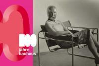 Frau mit Maske / Foto: Arieh Sharon, 1962 / © Klassik Stiftung Weimar/ © Stephan Consemüller (Erich Consemüller)