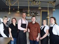 Das Team vom Siel59 freut sich auf die Eröffnung am 18. April 2019  vlnr: Silke Jensen (Service), Carmen Christiansen (Reinigung), Jan Martens (Restaurantleitung), Carsten Hansen (Inhaber), Karen Schütt (Service), Bente Dalügge (Küche) / Copyright: Siel59