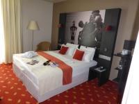Ein Privilege Zimmer im Mercure Hotel Hannover City: bequem und modern mit vielen Accessoires und riesiger Kissenauswahl. Hier weiß man, was man schon immer vermisst hat