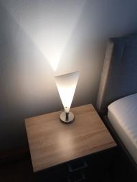 Nachttischlampe mit schönem Lichtwurf - dumm nur, wenn sich der Lichtschalter irgendwo weit unter der Oberkante des Nachttisches befindet