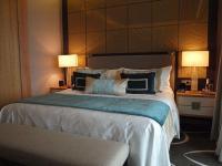 Luxusbett im Waldorf Astoria Berlin; Bildquelle Sascha Brenning Hotelier.de