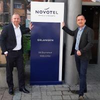 Alter (Falk Bartels re.) und neuer Hoteldirektor Stephan Radtke freuen sich über einen reibungslosen General Manager-Wechsel im Novotel Erlangen. / Bildquelle: Novotel Erlangen