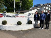 Das Best Western Premier Seehotel Krautkrämer in Münster wird von Roman Schmitt (r.), Geschäftsführer B.W. Hotel Betriebsgesellschaft, an die neuen Eigentümer Peter Gebhardt (l.) und André Grimmert (M.), beide Geschäftsführer Best Western Premier Seehotel Krautkrämer, übergeben. / Bildquelle: B.W. Hotel Betriebsgesellschaft / unitels consulting GmbH