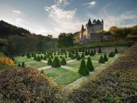 Schloss Bürresheim gehört zu den wenigen Burg-/Schlossanlagen in  der Eifel, welche die Jahrhunderte beinah unbeschadet überstehen konnten und setzt sich aus verschiedenen Gebäudeensembles zusammen. / Bildquelle*
