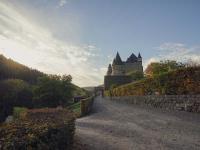 Die architektonischen Wurzeln der von weitläufigen, barocken Gärten umsäumten Anlage liegen im 12. Jahrhundert und sind an zahlreichen Stellen zu entdecken.