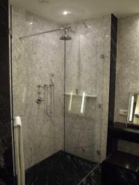 Glatte Oberflächen im Bad wie hier bei der Duschkabine mit Marmor im Hotel Atlantic Hotel Kempinski Hamburg lassen sich besser reinigen. Daher weniger Personalkosten; Bildquelle Hotelier.de