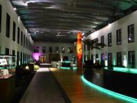 Halle im Hotel Moa Berlin. Im Hintergrund Stehtische, die mit weißen Hussen für den Event vorbereitet werden. Bildquelle Hotelier.de