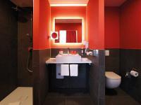 In allen 68 Zimmern des Dormero Hotels Roth geht die sinnlichste aller Farben mit Schwarz und Weiß ein extravagantes Spiel der Kontraste ein. In den Badezimmern treffen rote Wände und schwarze Fliesen auf die eleganten Waschtische und Duschflächen der Kaldewei Cono Serie aus Stahl-Email in Alpinweiß. Eine stilvolle Kombination, die den designstarken Charakter des neuen 4-Sterne-Superior-Hotels unterstreicht.  Abgebildete Produkte: Kaldewei Duschfläche Conoflat und Aufsatzwaschtisch Cono in Alpinweiß