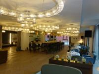 Hervorragend kombinierter Bar, Lobby - und Restaurant-Bereich mit imposanter Lampen-Gestaltung im Falkensteiner Wien