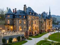 Seit der Eröffnung am 12. August 2019 empfängt Hotel Schloss Lieser einheimische und internationale Gäste. Das Hotel verfügt über 50 Zimmer und Suiten, eine vielseitige SchlossGastronomie,  Bibliothek, Wellness-Bereich, Kapelle und Tagungsmöglichkeiten. / Bildquelle: Alle Bilder OHG