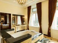 Entspannung pur bietet das Badezimmer der Kaiser Suite von Hotel Schloss Lieser mit  Whirlpool und Moselblick.