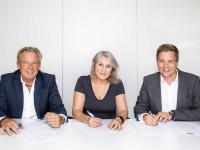 V.l.n.r.: Accor Österreich Geschäftsführer Volkmar Pfaff, IKEA Österreich Geschäftsführerin Viera Juzuva und Thiemo Willms, Projektverantwortlicher in der Development-Abteilung von Accor, bei der Vertragsunterzeichnung. / Bildquelle: © IKEA