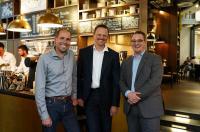 v.li.: General Manager Florian Schindler, Kaffeexperte Dr. Steffen Schwarz und F&B-Manager Mirko Mechler freuen sich über die langfristig angelegte, nachhaltige Kooperation / Bildrechte: ARIVA Hotel GmbH / M.Hall