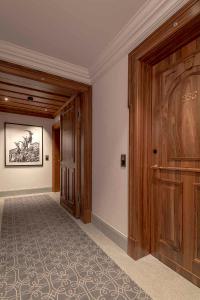 Das elektronische Design-Schloss Ælement Fusion von SALTO sichert sämtliche Gästezimmertüren im Kulm Hotel St. Moritz. / Bildquelle: Rolf Müri