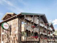 Das Hotel SEPP in Maria Alm fällt auf mit Design-Highlights wie der extravaganten Airstream-Sauna auf dem Dach und der aufwendigen Altholz-Fassade. / Bildquelle: Alle Bilder Eder Hotels GmbH