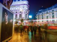 Touristen am nächtlichen Piccadilly Circus - Londoner Neubauten sind die Haupttriebfeder beim europäischen Hotelmarkt