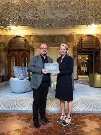 Geschäftsführerin des DEHOGA Hamburg Ulrike von Albedyll überreicht General Manager Olivier Briand die Fünf-Sterne-Superior-Plakette / Bildquelle: Fraser Suites Hamburg
