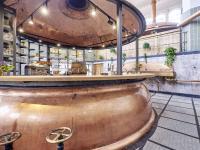 Als Bar dient ein aufgeschnittener Kupferkessel.