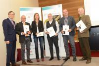 Überreichung der Goldmedaille: GAD-Präsident Bernhard Böttel, Lektor Benno
