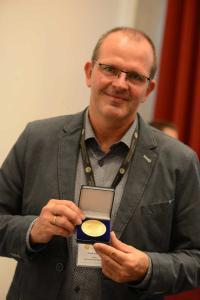 Autor und Arbeitskreisleiter Frank Brandes mit Goldmedaille