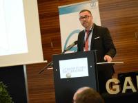 VKD-Vizepräsident Daniel Schade hält die Laudatio für den Special Award