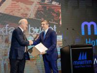 Blendi Klosi, Tourismusminister Albanien (rechts), überreicht die offizielle 5-Sterne-Zertifizierung an Hoteldirektor Behar Male (links). / Bildquelle: Beide Maritim Hotels