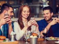 Gäste teilen ihre Erfahrungen in Gastrobetrieben auf Online-Portalen mit anderen Usern. Damit gastronomische Betriebe davon profitieren können, sollten sie ein optimales Gasterlebnis bieten. / Bildquelle: © Tork