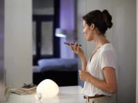 Licht ist der typische Einstieg ins smarte Zuhause. Per App, Stimme oder Funkschalter wird die Beleuchtung vielfältig. / Bildquelle: licht.de/Signify