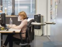 Elektronischer Kurzbeschlag XS4 Mini von SALTO an einer Bürotür aus Glas von Connext Communications.