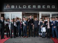 Die Belegschaft des Bilderberg Bellevue Hotel Dresden freut sich über den neuen Schriftzug über dem Haupteingang - Copyright  © Denise Kamps / Bilderberg Bellevue Hotel Dresden