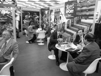 1977 Gute Gespräche am Stand von Ritter Sport