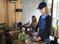 Mit der Einführung des Xpressnap Fit® kommt Tork den besonderen Bedürfnissen kleiner Restaurants, Cafés und Bars entgegen. Er ist sowohl platz- als auch materialsparend und reduziert dadurch Verbrauchsartikel und Abfallmengen. Auf der ?Intergastra? präsentiert Tork den Fachbesuchern weitere praktische Empfehlungen rund um Hygiene und Nachhaltigkeit, um beim Gast zu punkten. / Bildquelle: Beide © Tork