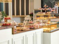 Elegante Patisserie - Süße Köstlichkeiten gehören in Szene gesetzt. Auf einer stilvollen Etagere oder unter einer Glas-Cloche kommen sie besonders zur Geltung. / Bildquelle: Beide Bilder VEGA GmbH