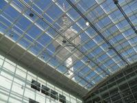 Ein schönes Bild von der Messe Hamburg  beim Übergang von Halle A1 zu A4 auf den Fernsehturm; Bildquelle: Sascha Brenning