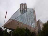 Die markante Spitze vom Hotel Estrel Berlin blickt künftig auf den Estrel Tower / Foto Sascha Brenning - Hotelier.de
