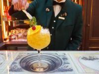 Bei der neuen Mixology-Class versuchen sich Gäste selbst an den Cocktail-Shakern / Bildquelle: © Hotel Goldener Hirsch