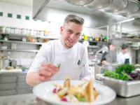 Hobbyköche kommen bei Kochkursen mit Martin Bednarik auf ihre Kosten / Bildquelle: © Hotel Goldener Hirsch / wildbild