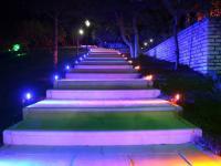 Wirkungsvolle LED-Beleuchtung bei einem Anstieg zu einem Gebäude