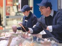 Das Team der Fischtheke berät seine Kunden gern