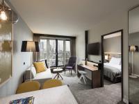 Wohnbereich mit Arbeitsplatz: Die Studios & Apartments bieten einen angemessenen Arbeitsplatz mit stabiler Internetverbindung. Im Wohnbereich können die Gäste auch einen entspannten und gemütlichen Abend