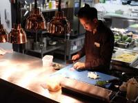 Baustein für eine ausgewogene Ernährung: Eine frische Küche mit vielen Gewürzen und Kräutern, dafür weniger Salz, wie hier im Tortue Hamburg. / Bildquelle: Beide Netzwerk Culinaria