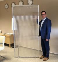 Geschäftsführer Christian Bornstein mit den neuen Trennwänden ASM Protect / Bildquelle: ASM Dimatec GmbH