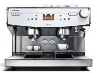 Die Schaerer Barista vereint das elementare Funktionsprinzip einer Siebträgermaschine und die Handwerkskunst eines Baristas mit der leichten Bedienung und Prozesssicherheit einer vollautomatischen Kaffeemaschine